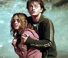 """Det ser temmelig skummelt ut for Hermine (Emma Watson) og Harry Potter (Daniel Radcliffe) i """"Harry Potter og fangen fra Azkaban"""". AP Photo/Warner"""