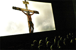 "Korsfestelsesscenene i "" The Passion of the Christ"" ryster publikum (Foto: Scanpix"