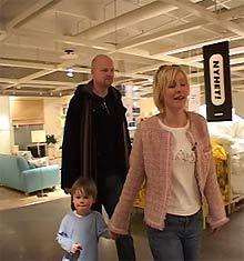 Familien Brandenberger har lånt mye penger, men vurderer likevel å kjøpe ny sofa på Ikea.