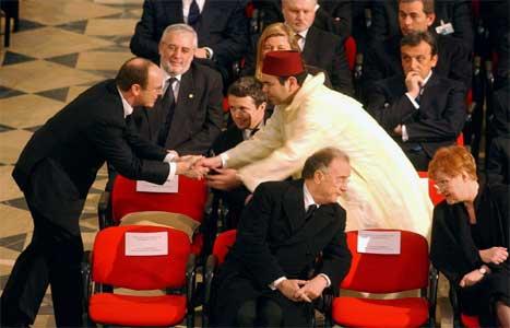 Prins Albert av Monaco handhelsar på prins Mulay rashid av Marokko, broren til kongen. (Scanpix-foto)