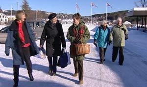 Fem damer drar en gang i uka til asylmottaket for å lære bort norsk.