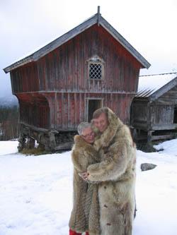 Kjel og Stine i ulveskinnspels. Foto: NRK