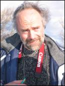 Fylkesarkeolog Bjørn Ringstad sier hodeskallerestane ken vere frå eit 6000 år gamalt menneske. Foto: Gunnar Sandvik