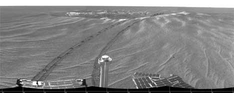 LIV: Dersom det er liv på Mars, vil det trolig stamme fra jorda, mener en amerikansk forsker. Bildet viser horisonten på Mars slik Opportunity opplever den. (Foto:REUTERS/NASA/JPL)