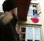 Ballongen fyker rett opp til Even i vinduet. (Foto: NRK)