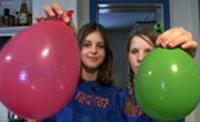 Her har Lise (t.v.) og Tone blåst opp ballongene til en stor og en liten. (Foto: NRK)