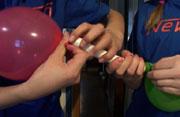 Tre ballongene på hver sin ende av røret. (Foto: NRK)