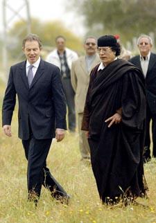 Libya og dens øverste leder Muammar Gaddafi er tatt inn i den vestlige varmen. Tidligere i år traff han Tony Blair. Foto: AFP/Scanpix.