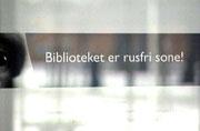 Slike plakater er satt opp flere steder på Drammen bibliotek.