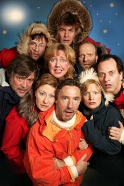 En stor gjeng skuespillere er i full sving i årets påskekrim i Radioteatret (Foto: NRK Ole Kaland)