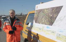 prosjektleder Erik Furuseth som viser fram kart over strekningen.
