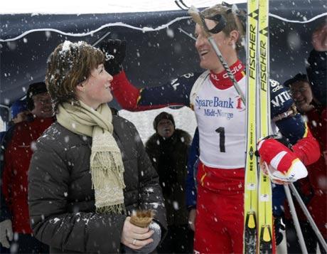 Lars Berger hjelper til med å børste av prinsesse Märtha Louise.(Foto: Terje Bendiksby/Scanpix)