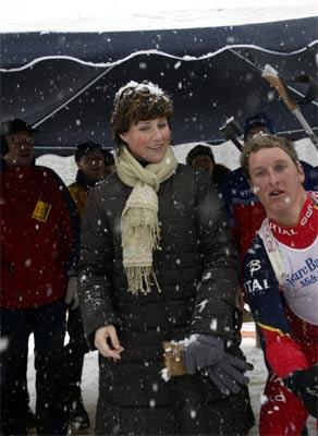 Lars Berger dukker for å redde situasjonen, men prinsessen har allerede fått snø i håret. (Foto: Terje Bendiksby/Scanpix)