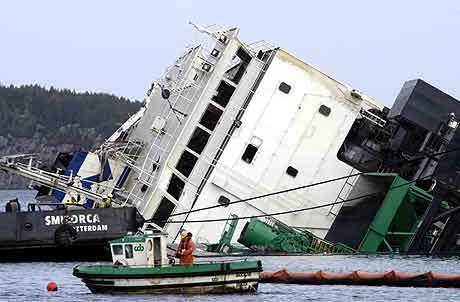Operasjonen med å snu det havarerte lasteskipet «Rocknes» pågikk for fullt søndag. I løpet av morgentimene kom overbygget til syne. Foto: Marit Hommedal / SCANPIX