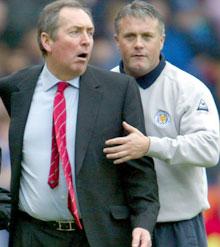 Leicester-boss Micky Adams måtte roe ned Houllier unde søndagens kamp. (Foto: REUTERS/Darren Staples)