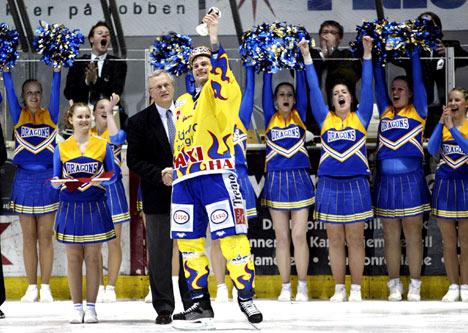 Storhamars kaptein Mikael Tjällden løfter kongepokalen. Foto: Cornelius Poppe / SCANPIX