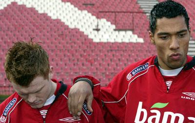 John Arne Riise og John Carew har måttet forklare seg under oppholdet i Serbia.