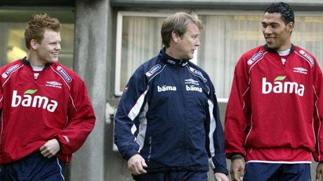 Landslagstrener Åge Hareide sammen med John Arne Riise t.v. og John Carew på landslagets trening på Marakana stadion i Beograd mandag. (Foto: SCANPIX)