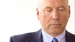 Acem-sjef Are Holen får stor hjelp av å meditere hver morgen og kveld. Foto: NRK Puls