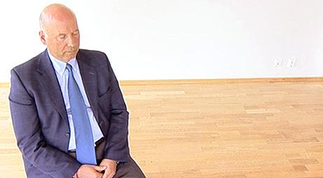 Psykolog og lege Are Holen tenker på en metodelyd, og oppnår en behagelig avspenning i hele kroppen. Foto: NRK Puls