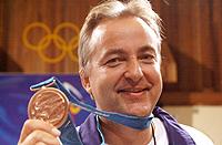 Skytter Harald Stenvaag tror meditasjon kan hjelpe skytterne til å få fram det lille ekstra. Her jubler han over bronsemedaljen under OL i Sydney i 2000. Foto: Cornelius Poppe, Scanpix