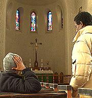 To av de sultestreikende før de forlot kirken i Svolvær.