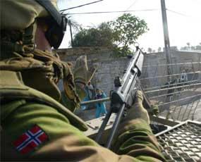 -BØR KOMME HJEM: Det norske folk mener soldatene i Irak må hentes hjem, men Jan Petersen er ikke enig. Han vil utvide engasjementet. (Foto: Gunnar Lier/Scanpix)