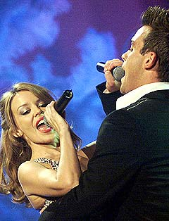 Kylie Minogue og Robbie Williams er to av artistene i stallen til EMI som nå skal redusere artiststallen sin med 20 prosent. Foto: AP Photo / Jonas Ekstromer.
