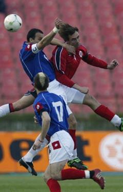 Claus Lundekvam og de andre i Norges forsvarsrekke holdt nullen mot serberne (Foto: Lise Åserud, Scanpix)