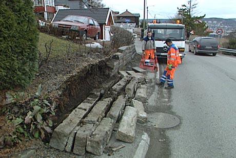 En mur langs Nordbyveien på Åskollen i Drammen raste 1. april 2004.