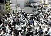 Opprørte folk trakk til gatene. (Foto: Reuters)