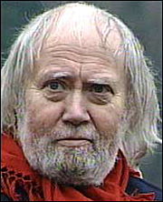 Torsheim har dei siste ti åra alltid gått med skulderveska og ein raud halsduk. No har han berre halsduken att. Foto: Arild Nybø