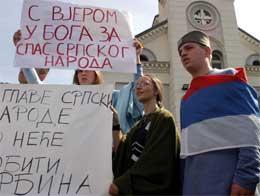 """""""Opp med hodet. Ingen vil fange en serber"""" er teksten på en av plakatene (Scanpix/AFP)"""