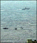 Israelske marinefartøyer utenfor Gaza. (Foto: Abu Dhabi TV)