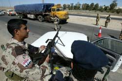 Soldater på vakt ved Falluja. (Foto: K.Sahib, AFP)