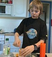 Even tar først eddik og så bakepulver i glasset. (Foto: NRK)