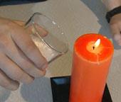 Når bakepulveret bruser, hold det opp mot flammen. Hva skjer? (foto: NRK)