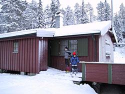 Vinterhater Tina er lokket til å tilbringe påska på en hytte med utedo og uten innlagt vann. (Foto: Jon-Annar Fordal)