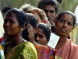 Tamilske kvinner i kø ved et valglokale øst i Sri Lanka i dag. (Foto: E.Dalziel, AP)