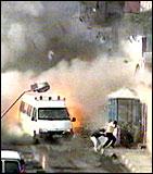 Kraftig rakettangrep mot Arafats hovedkvarter. (Foto: APTN)
