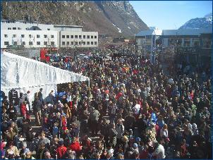 Et par tusen mennesker har feiret på Øratorget i dag - mer enn 17.mai? Foto: Gunnar Sandvik