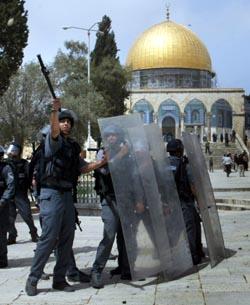 Politiet omringet al-Aqsa-moskeen. (Foto: A.Awad, Reuters)