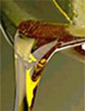 Prøv et kjerringråd! Bland olivenolje, aloeveragele og vitamin A & E kapsler og smør det inn på kroppen.