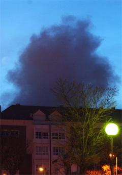 Røyk stiger opp fra en boligblokk i Leganés nær Madrid. (Foto: AP/Scanpix)
