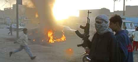 Sjiamuslimske militssoldater satte fyr på flere amerikanske kjøretøy under kampene i Sadr i går kveld. (Foto: AFP)