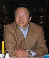 Mark Wang vart kjend i Noreg og Kina etter TV-serien om verdsgymnaset i Fjaler. (Foto: I. H. Anderssen, NRK)