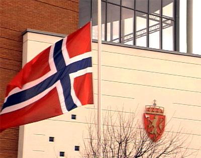 Utenfor politikammeret i Stavanger er flagget på halv stang.