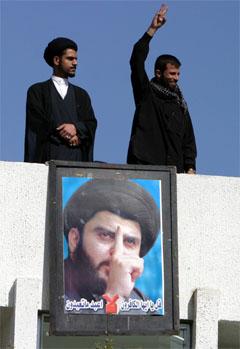 Irakere ved bildet av den sjiamuslimske opprørslederen Moqtada al-Sadr. (Foto: Reuters / Scanpix)
