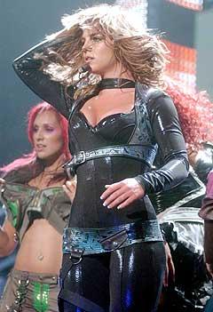 <b>Sliten nå?</b> Britney Spears under sin konsert i Toronto nylig. Men holder hun ut helt til hun kommer til Oslo Spektrum? Foto: AP Photo / Toronto Star, Vince Talotta