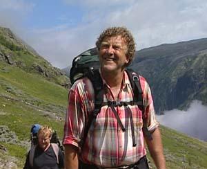 Dag Lindebjerg og Erling Gjelsvik (bak) var imponert av fjellmannen Gjest Baardsen. Foto: NRK